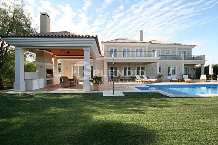 Spacious 5 bedroom family home, close to restaurants , golf courses, beach and shops