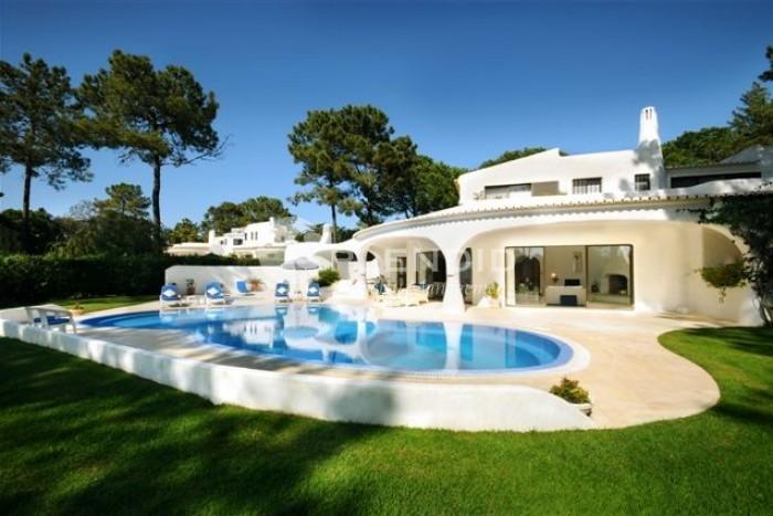 Beautiful southwest facing traditional villa set in mature gardens